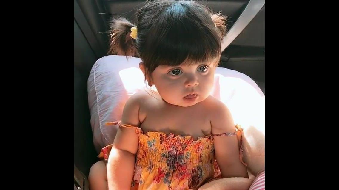 Criança com duas pituquinhas no cabelo