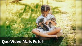 Criança Com Filhotinho De Gato, Compartilhe Essa Fofura No Facebook!