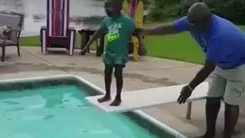 Criança Com Medo De Pular Na Água, A Perninha Dele Treme Muito, Que Dó!
