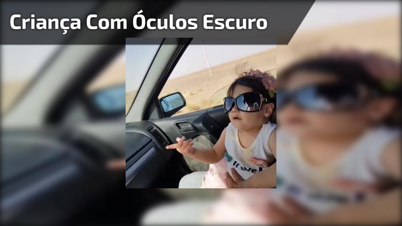 Criança com óculos escuro