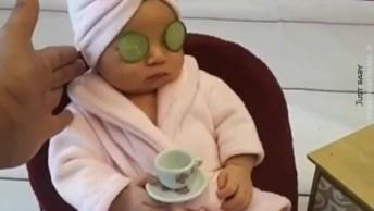 Criança Com Pepinos Nos Olhos E Pose De Gente Grande, Que Menina Vaidosa!