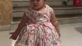 Criança Com Vestido Lindo E Dançando Muito, Que Fofura!