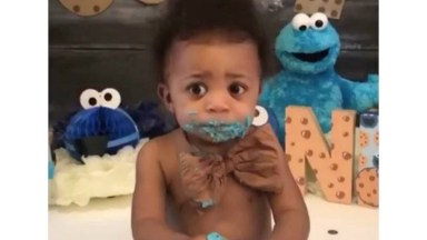 Criança Comendo Bolo De Aniversário Com As Mãos, Que Delicia!