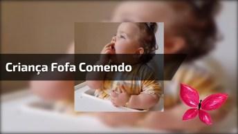 Criança Comendo Com Jeitinho Meigo E Delicado, Ela É Uma Fofura!