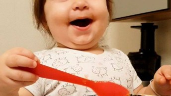 Criança Comendo E Batendo Palma, Ela Não É Uma Fofura!