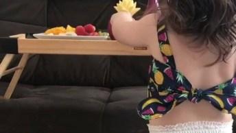 Criança Comendo Frutas, Ela Parece Que Esta Adorando O Alimento!