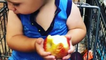 Criança Comendo Maçã Em Carrinho De Supermercado, Veja Que Fofura!