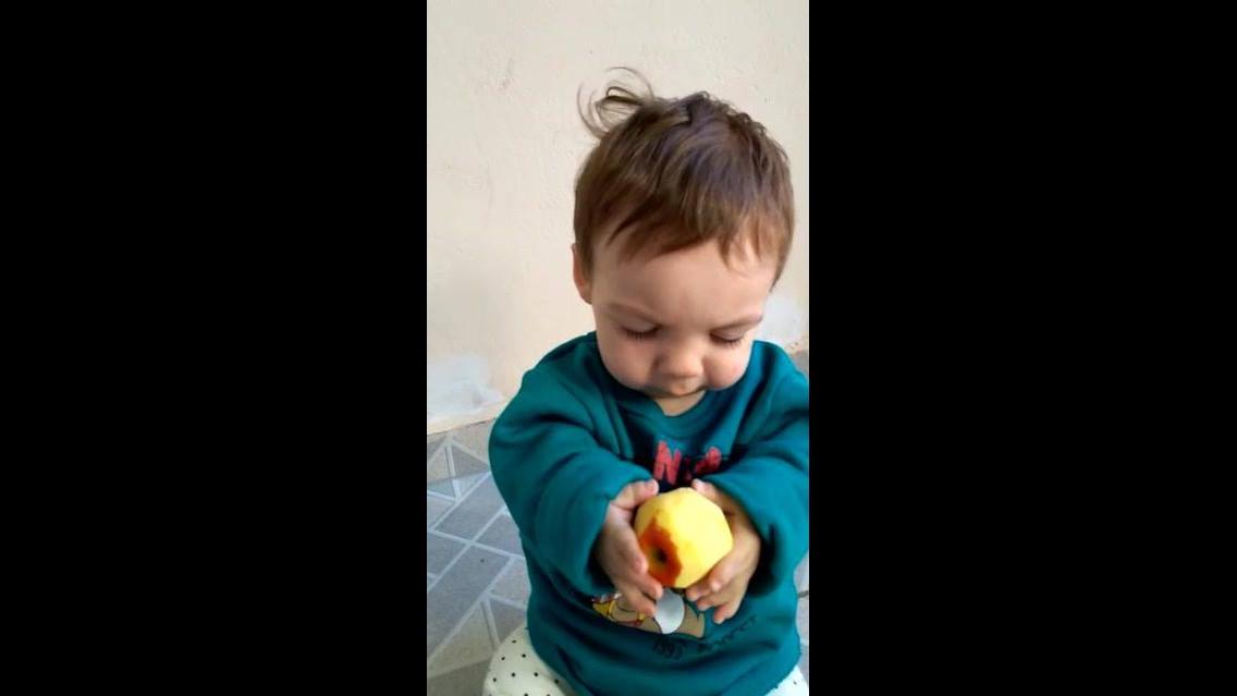 Criança comendo maçã