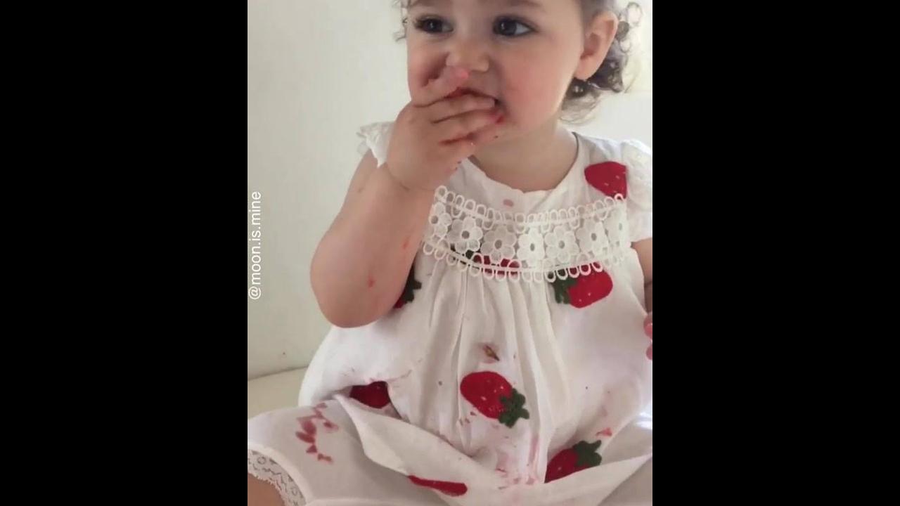 Criança comendo morango, uma fofura de criancinha