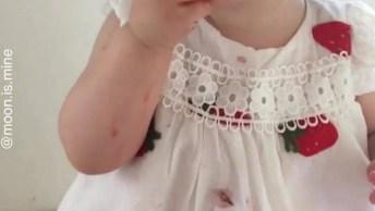 Criança Comendo Morango, Uma Fofura De Criancinha, Confira!