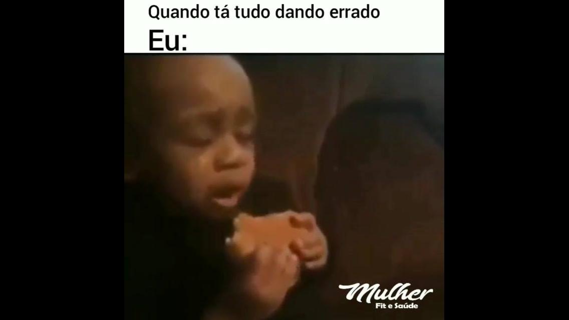 Criança comendo um lanche chorando