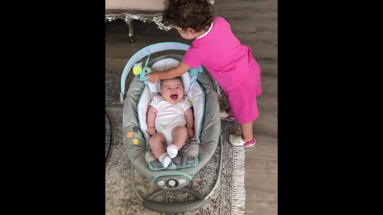Criança cuidando de um bebê