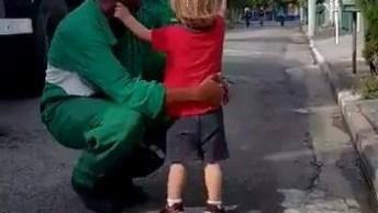 Criança Cumprimentando Os Catadores De Lixo, Uma Cena Muito Linda!