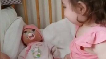 Criança Dando Boa Noite Para Suas Bonecas, Um Vídeo Muito Fofo!