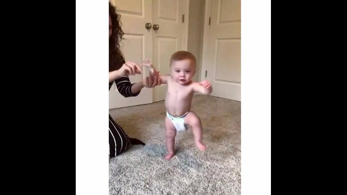 Criança dando seus primeiros passinhos