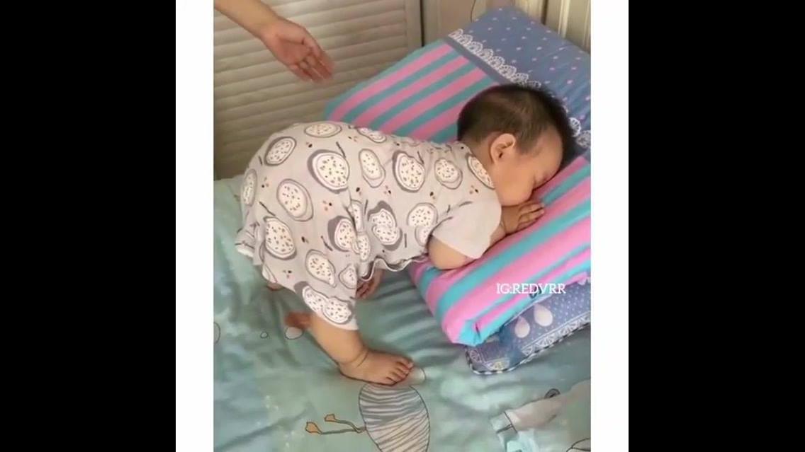 Criança dormindo em posição bem engraçada