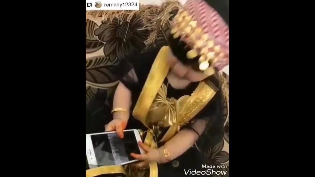 Criança escutando musica indiana com trajes típico da dança