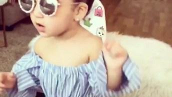Criança Estilosa Dançando, Ela Usa Óculos Escuro Gente!