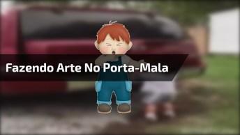 Criança Fazendo Arte No Porta-Mala De Um Carro, Confira Hahaha!