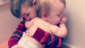 Criança Fazendo Bebê Dormir, Que Cena Mais Linda, Vale A Pena Compartilhar!