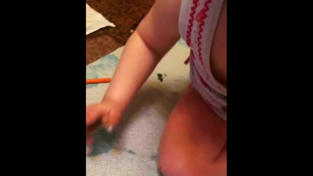 Criança fazendo maquiagem com tinta