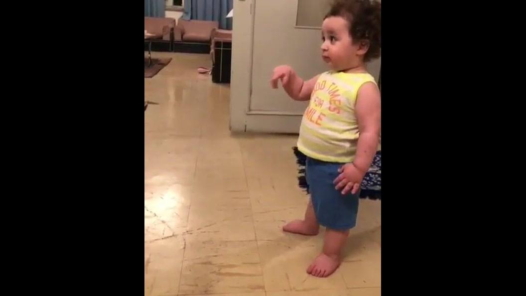 Criança fofa dançando com as mãos