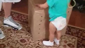 Criança Ganha Muitos Presentes E Fica Muito Feliz, Veja Sua Reação!