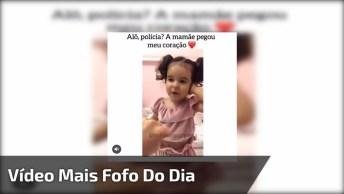 Criança Ligando Para A Polícia Para Avisar Que A Mamãe Roubou Seu Coração!