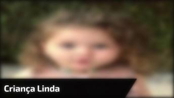 Criança Linda, Ela Parece Com Uma Princesa, Que Cabelo Incrível!