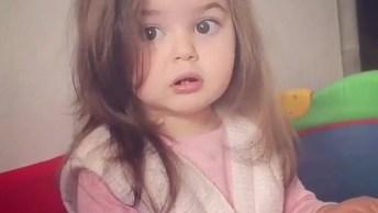 Criança Linda Fazendo Caras E Bocas Para A Câmera, Ela Parece Uma Modelo Mirim!