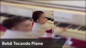 Criança Linda Sentada Em Um Piano, Quando Crescer Vai Querer Aprender A Tocar!