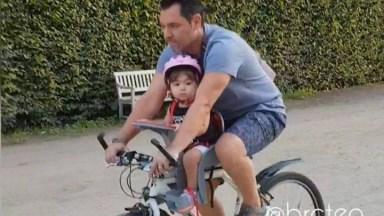 Criança Na Cadeirinha Da Bicicleta Do Papai, Uma Cena Muito Fofa!