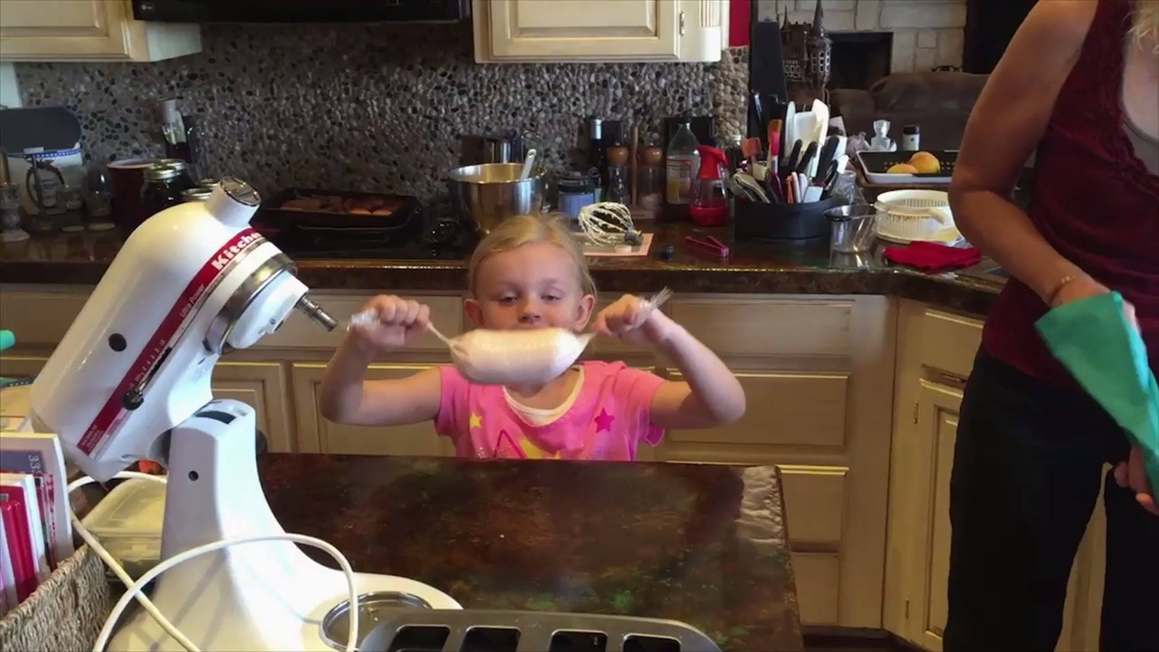Criança na cozinha é um perigo, veja o que essa menina fez kkk!