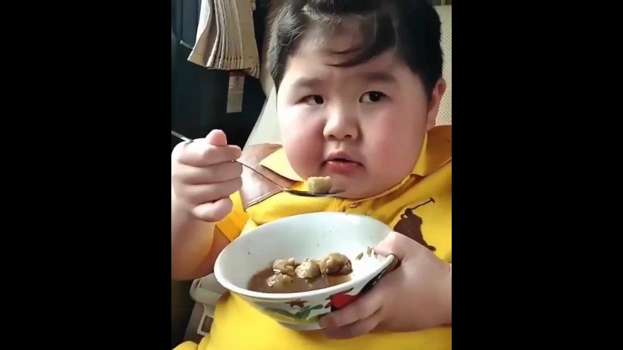 Criança na hora da comida, o que será o almoço dele hein?