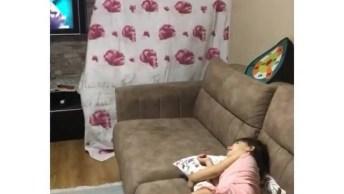 Criança Na Modinha Do Lençol, Que Fofura Quando Ela Acha A Mulher!