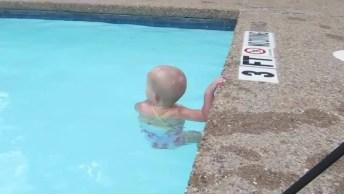 Criança Nadando E Atravessando A Piscina Mergulhando, Que Coisa Linda!