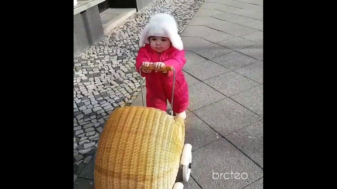 Criança pequena carregando seu coelhinho de pelúcia