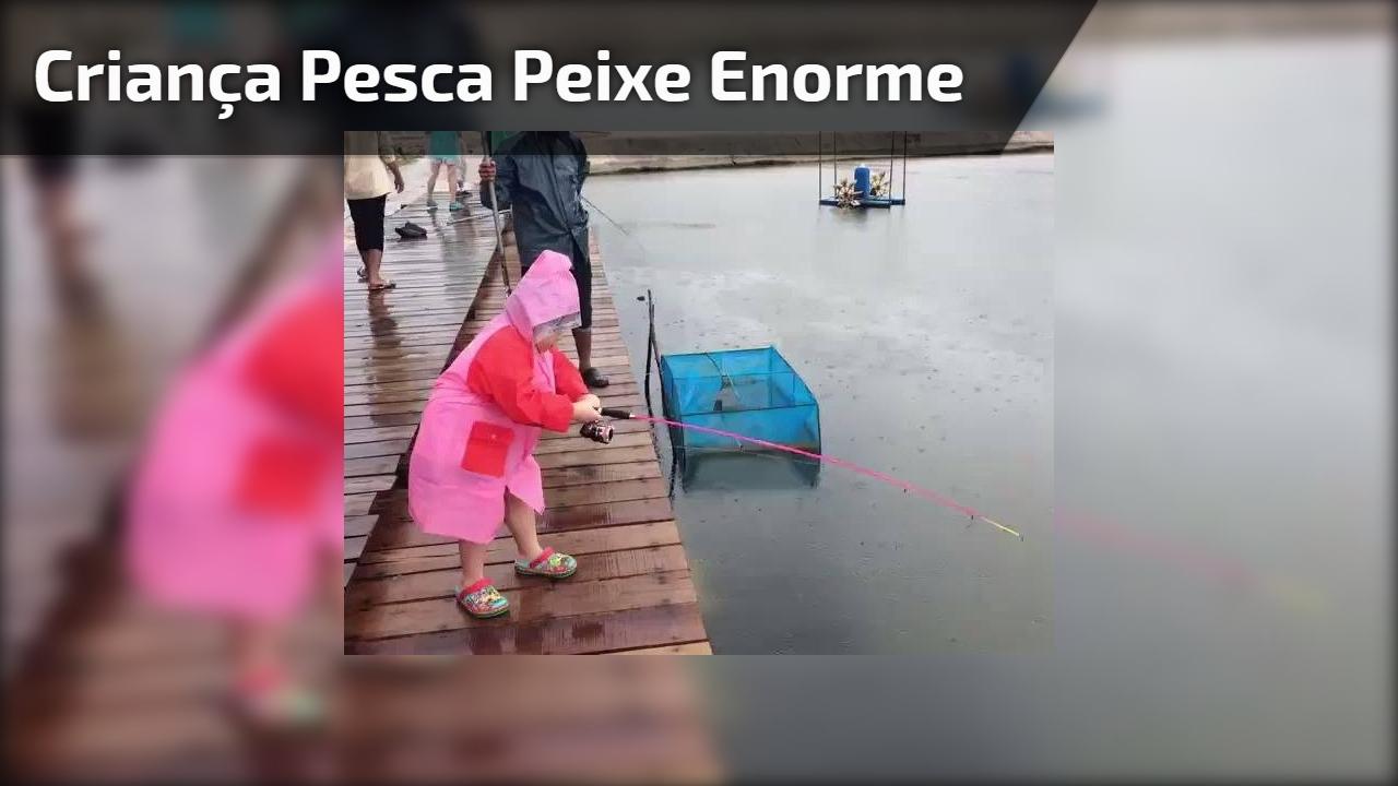 Criança pesca peixe enorme