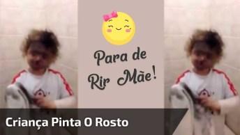 Criança Pinta O Rosto Com Maquiagem Preta, E Mãe Só Consegue Dar Risadas!