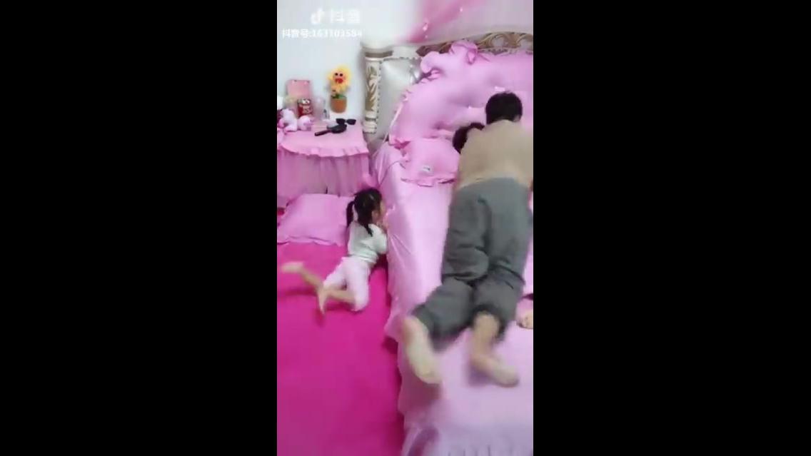Criança que não deixa os pais dormirem juntos