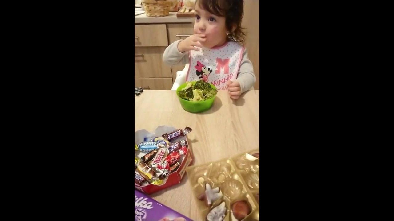 Criança que rejeita doces e chocolates para comer algo inesperado