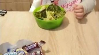 Criança Que Rejeita Doces E Chocolates Para Comer Algo Inesperado!