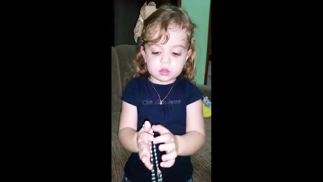 Criança rezando O Pai Nosso e Ave Maria