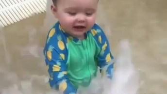 Criança Se Divertindo Na Água, Olha A Carinha De Feliz Que Ele Está!
