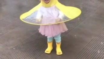 Criança Se Divertindo Na Chuva Com Protetor Em Formato De Patinho, Que Fofura!