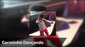 Criança Se Empolga Com Música E Dança Muito Dentro Do Carro!