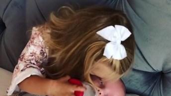 Criança Segurando A Mamadeira Para Bebê, Que Fofura Essa Menina!