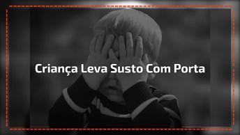 Criança Sendo Enganado Por Porta De Vidro, Imagina O Susto!