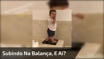 Criança Sobe Em Balança Para Se Pesar E Assusta, Confira!