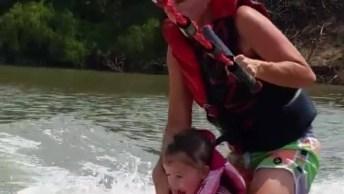 Criança Surfando Com A Mãe, Veja O Tamanhinho Da Figurinha!